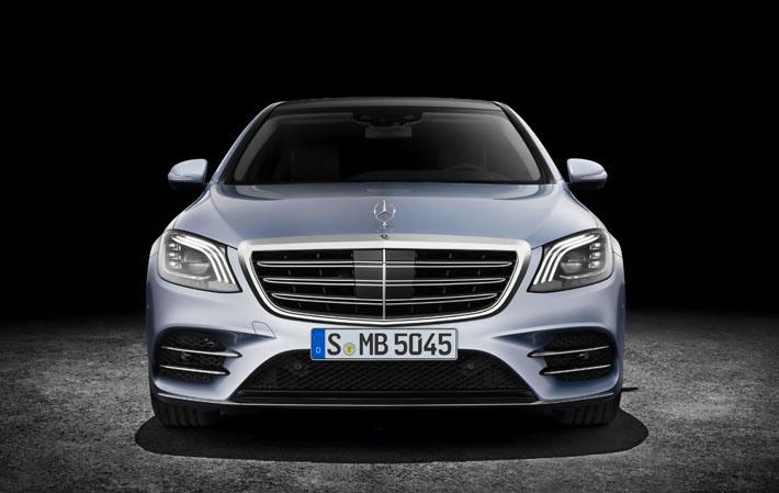 Mercedes-Benz şirkəti təkmilləşdirilmiş sedan S-Class-ı rəsmi olaraq təqdim edib. Alman markasının restaylinq olunmuş, yeni mühərriklər və elektrik köməkçi sistemlər almış flaqman modelinin premyerası Şanxay avtosalonunda keçirilib.