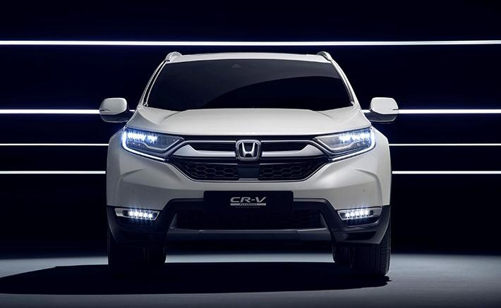 Yaponiya avtomobil istehsalçısı Avropa bazarı üçün hibrid modifikasiyalı 5-ci nəsil CR-V təqdim edib. O, bir həftə sonra Frankfurtda debüt edəcək. Avtomobil prototip statusuna malik olsa da, şübhəsiz qarşımızda praktiki olaraq Honda-nın seriyalı variantı dayanır. Avtomobil 2018-ci ildə Avropa bazarına çıxarılacaq.