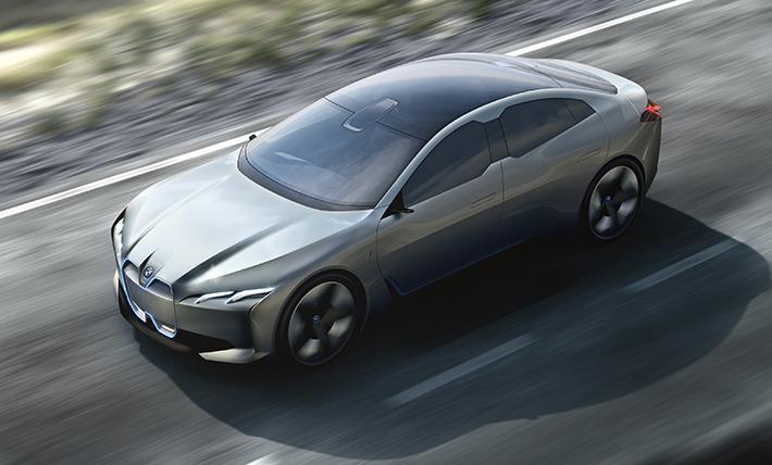 BMW şirkəti Frankfurt avtosalonuna Vision Dynamics adlı konsept-kar gətirib. Yenilik seriyalı modeldən xəbər verir. O, elektrokar i3 ilə idman hibridi i8 arasında yer tutacaq.